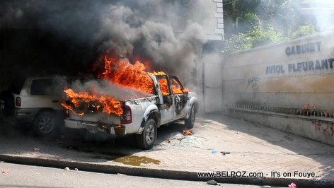 PHOTO: Manifestation in Haiti - Cars on fire in front of Cabinet Aviol Fleurant
