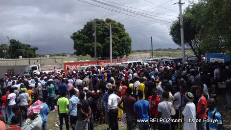 Haiti Photo: President Jovenel Moise a pieds nan yon foul moun ap kite Aeroport Port-au-Prince