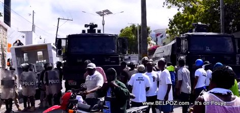 Manifestation in Police block the road to Petionville
