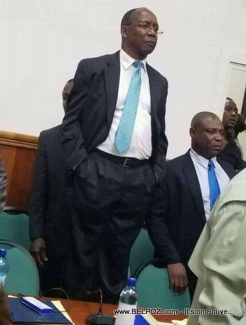 Haiti - Le chef du cabinet du PM Lapin sur une chaise pour admirer le spectacle des Sénateurs