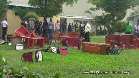 PHOTO: Haiti - 4 Senatè Oposition yo KRAZE tout bagay net nan Chanm Sena a