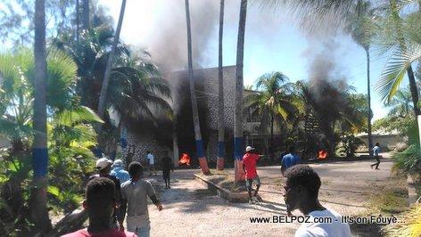 Gonaives Manifestant mete dife nan Bureau  Delegation Departmental la