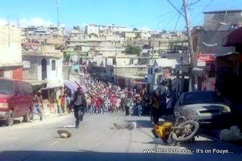 PHOTO: Haiti - Manifestation 18 Novembre 2014 - Moto tonbe, yon moun atè-a