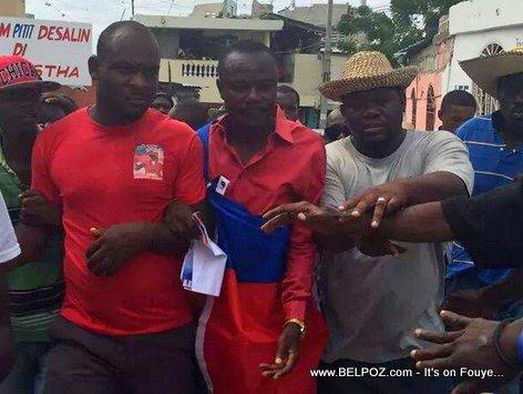 PHOTO: Haiti - Gade Senatè Moise Jean Charles ak Drapo li vlope nan vant li...