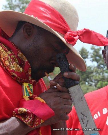 Depute Arnel Belizaire, machette a la main, nan Manifestation Haiti Jeudi 19 Juin 2014